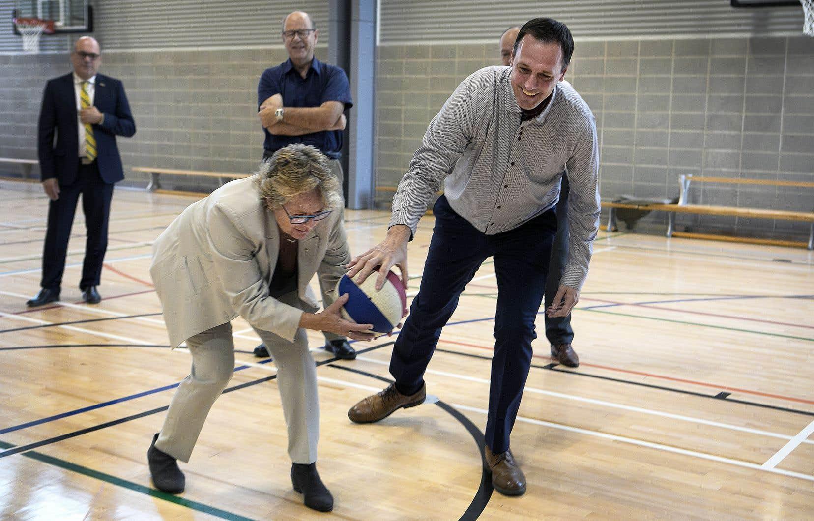 Les ministres Chantal Rouleau et Jean-François Roberge ont fait leur annonce à l'école Montmartre, de Pointe-aux-Trembles, dimanche.