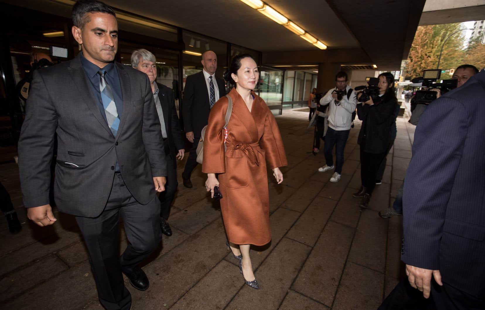 À son arrivée au tribunal, Meng Wanzhou (au centre) est apparue de bonne humeur.