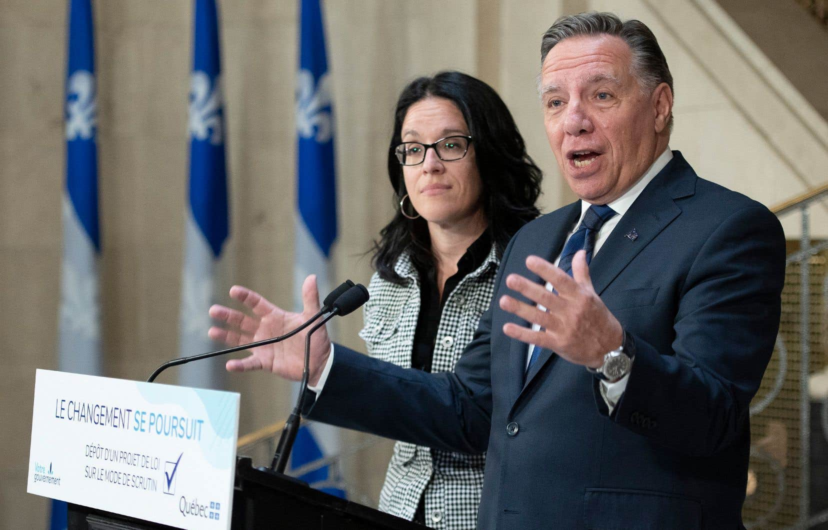 Le premier ministre François Legault et la ministre responsable de la Réforme des institutions démocratiques, Sonia LeBel, ont levé le voile sur leur projet de réforme du mode de scrutin.