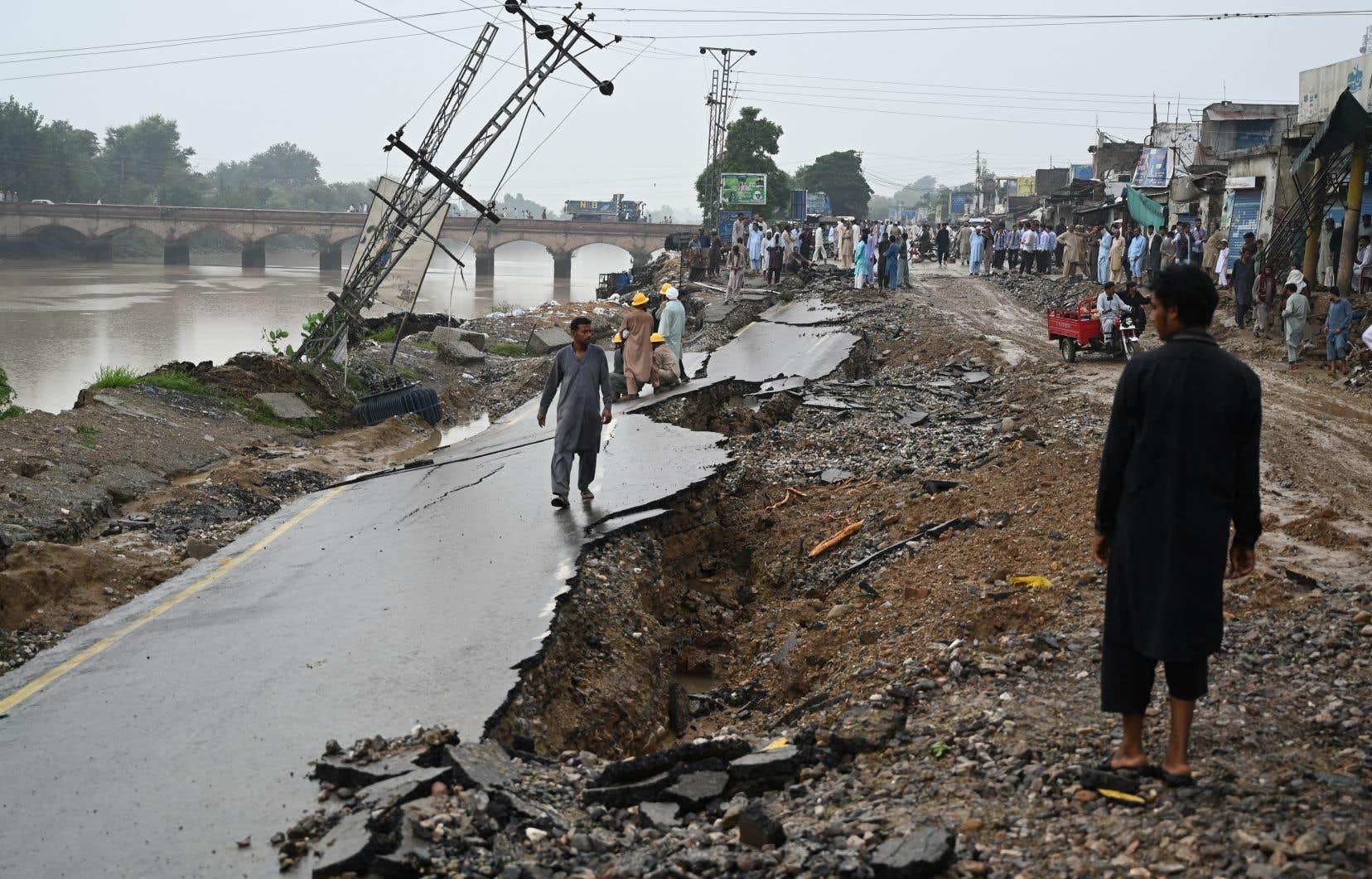 Le bilan de la catastrophe continue de monter, alors que les secouristes arrivent dans des villages reculés et comptabilisent des décès qui n'avaient jusqu'alors pas été rapportés aux autorités.