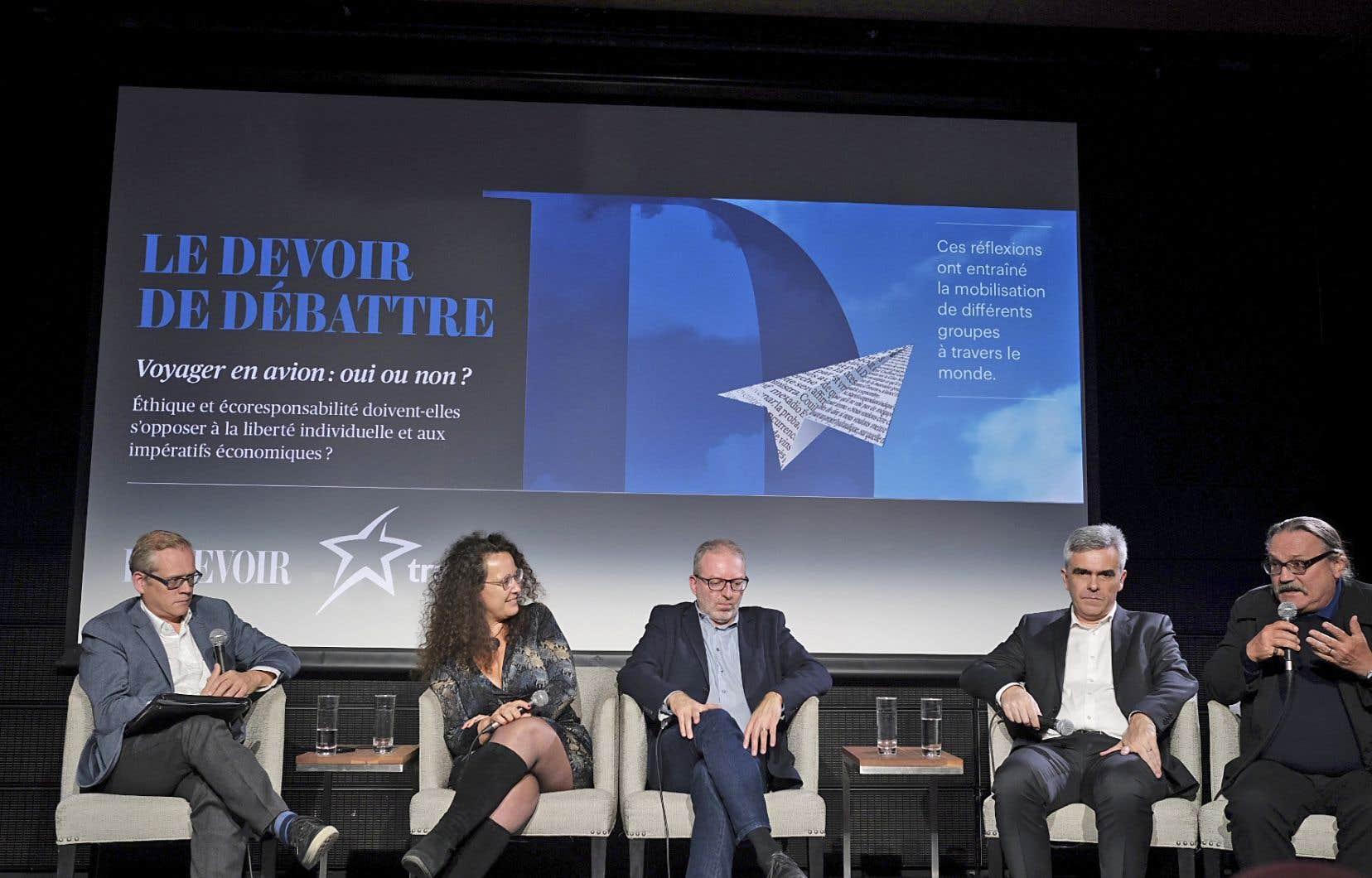 Le directeur du «Devoir», Brian Myles, en compagnie des panélistes Cécile Bulle, Karel Mayrand, Christophe Hennebelle et Jean-Didier Urbain.