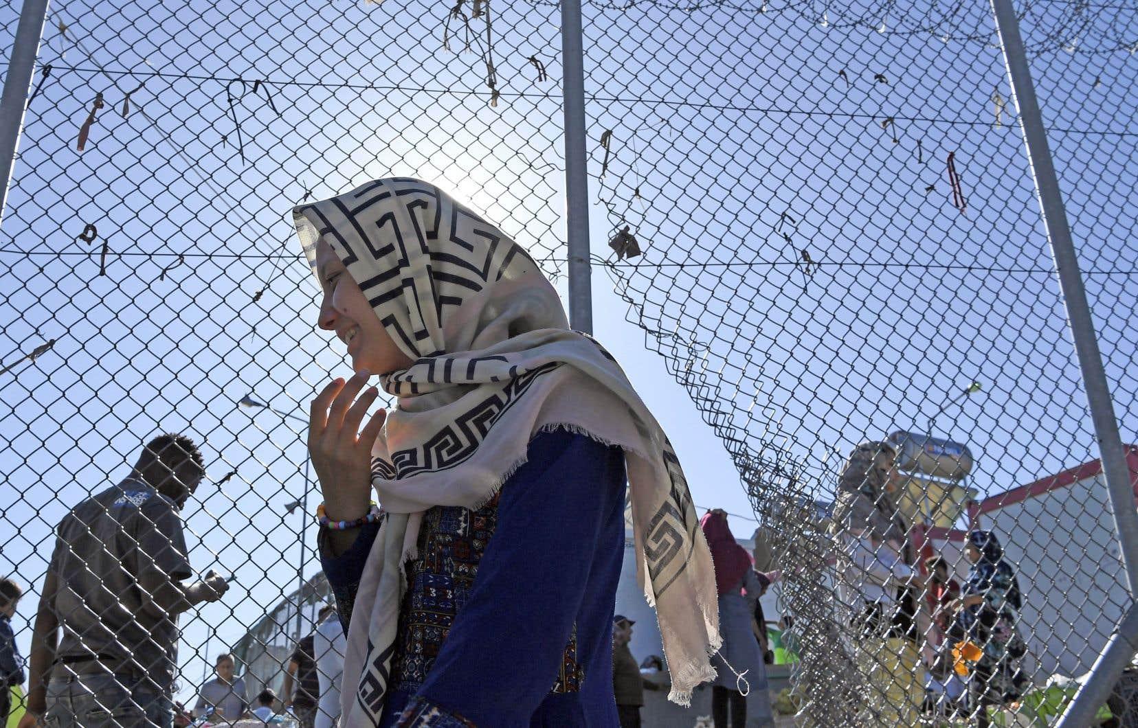 Une femme migrante dans le camp de Moria qui, abritant 12000 personnes, dépasse désormais quatre fois ses capacités d'accueil.