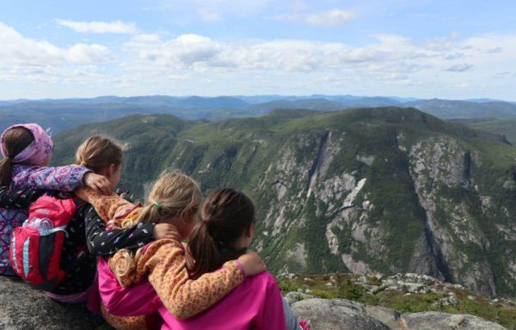 L'Acropole-des-draveurs. À 1048 mètres d'altitude, le sommet surplombe la chaîne de montagnes des Laurentides.