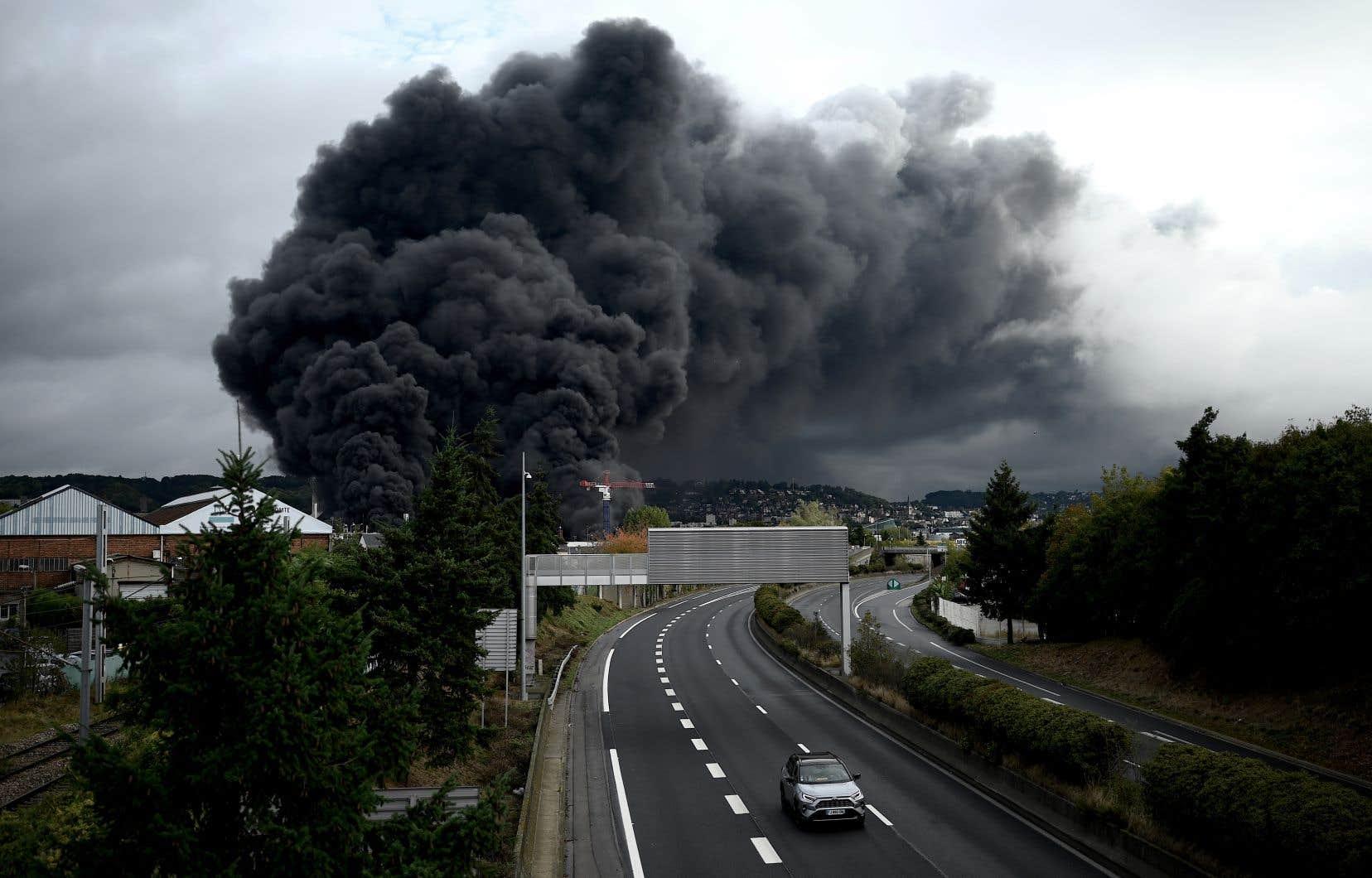 Une énorme colonne de fumée noire était visible à une dizaine de kilomètres à la ronde.