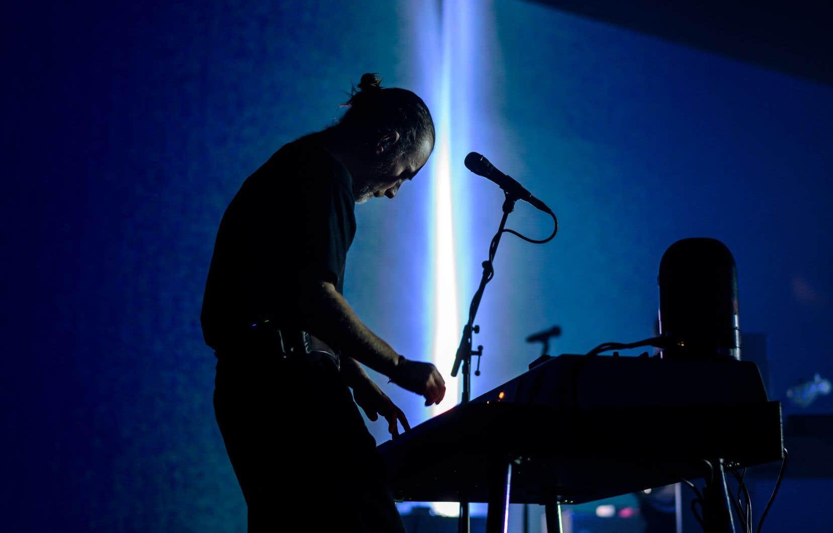 Hier soir, on sentait Thom Yorke (sur la photo au Montreux Jazz Festival, en Suisse)plus libre sur scène que lors de ses concerts avec Radiohead. Parfois une guitare au cou, sinon butinant derrière son poste de travail-établi à synthétiseurs, la plupart du temps arpentant la scène micro à la main.