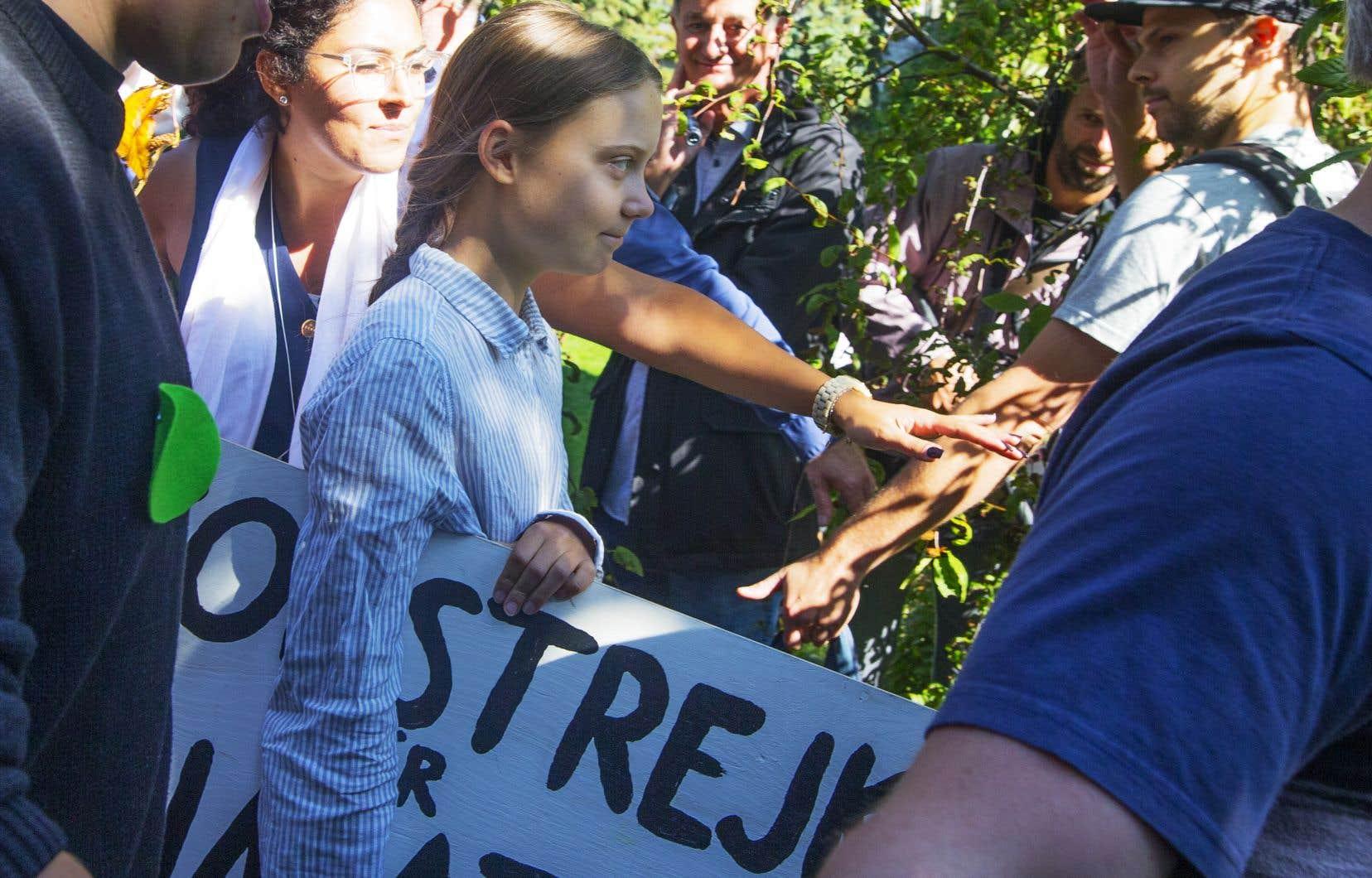 Plusieurs messages visaient directement Greta Thunberg, la jeune égérie du climat qui menait la marche vendredi à Montréal.