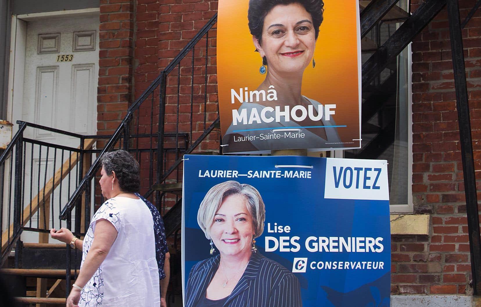 Élections Canada ne réglemente pas la hauteur des pancartes ni les lieux où elles sont installées.