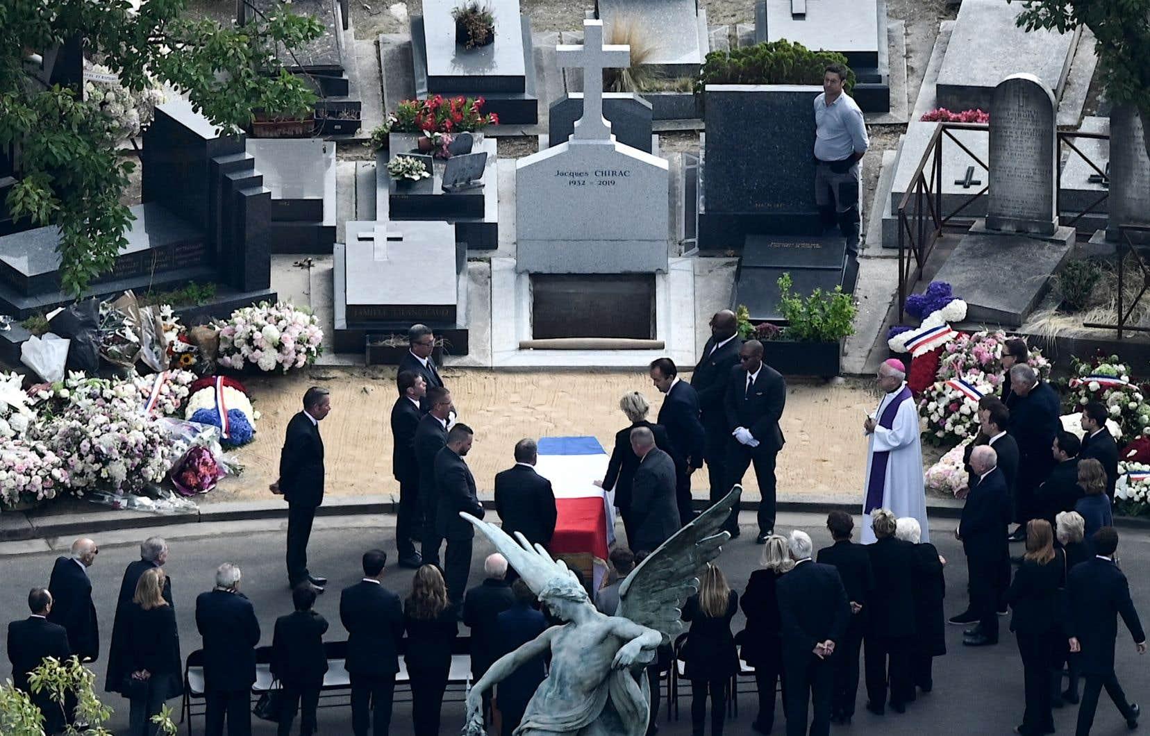 Un service religieux familial pour M. Chirac a été célébré avant l'hommage militaire et des funérailles privées ont ensuite eu lieu au cimetière de Montparnasse.