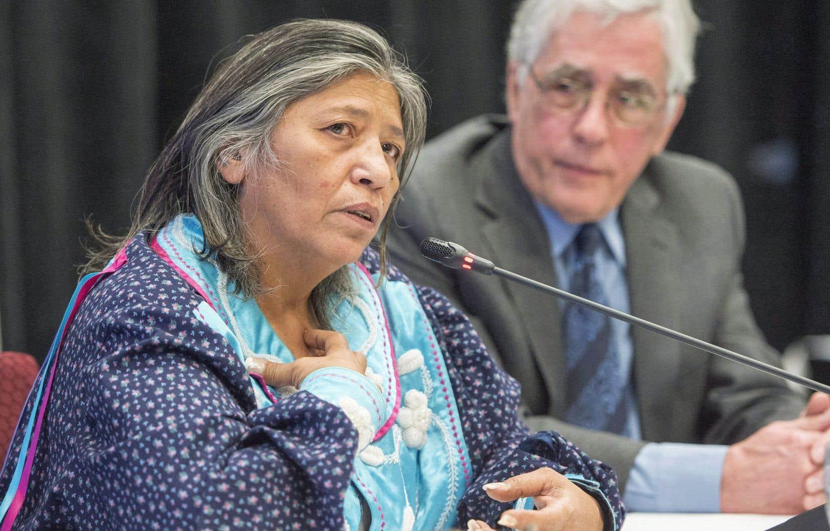 La mohawk Sedalia Fazio et Jacques Viens, juge à la retraite à la tête de la commission Viens, le 12 février 2018.<br /> <br />