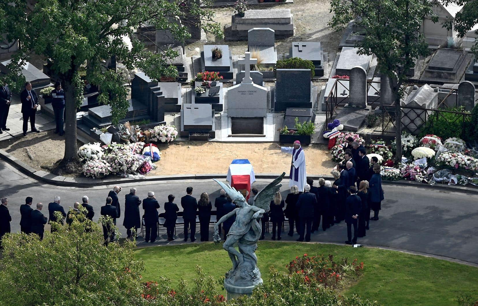 Les proches de Jacques Chirac ont rendu un dernier hommage à l'ancien président français au cimetière Montparnasse de Paris, lundi.