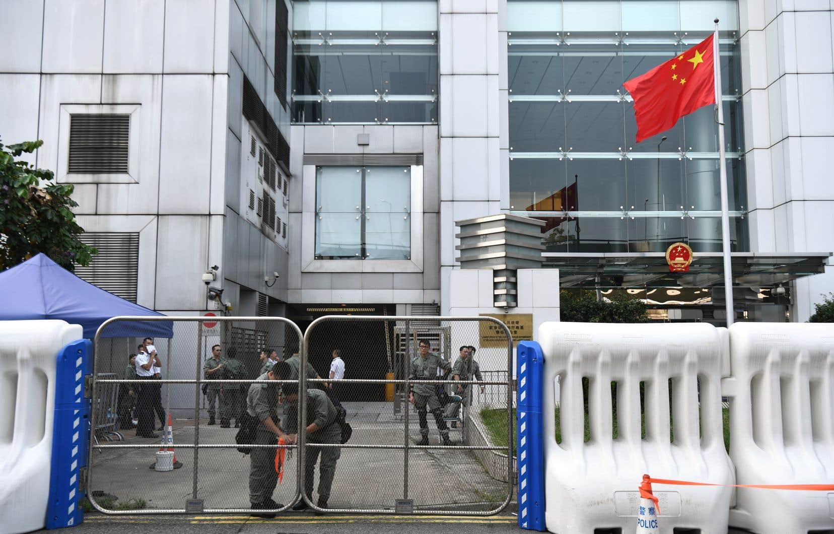 En prévision des remous attendus à Hong Kong, la police barricade le bureau de liaison de la Chine de la ville.