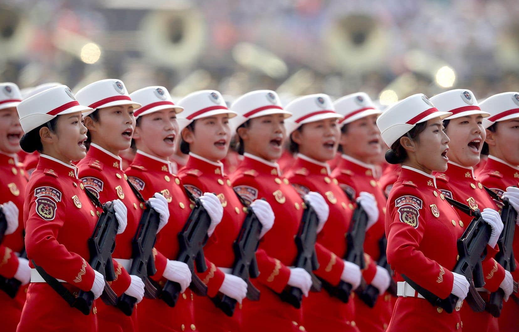 Des miliciennes ont paradé à Pékin, mardi, dans une grande démonstration de force orchestrée pour le 70e anniversaire du régime communiste chinois.
