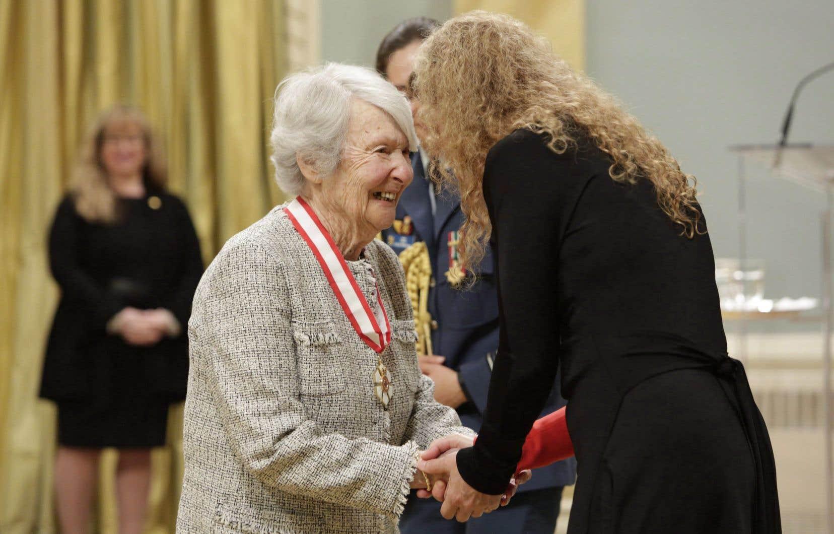Cornelia Hahn Oberlander recevant l'insigne de Compagnon de l'Ordre du Canada, en 2018