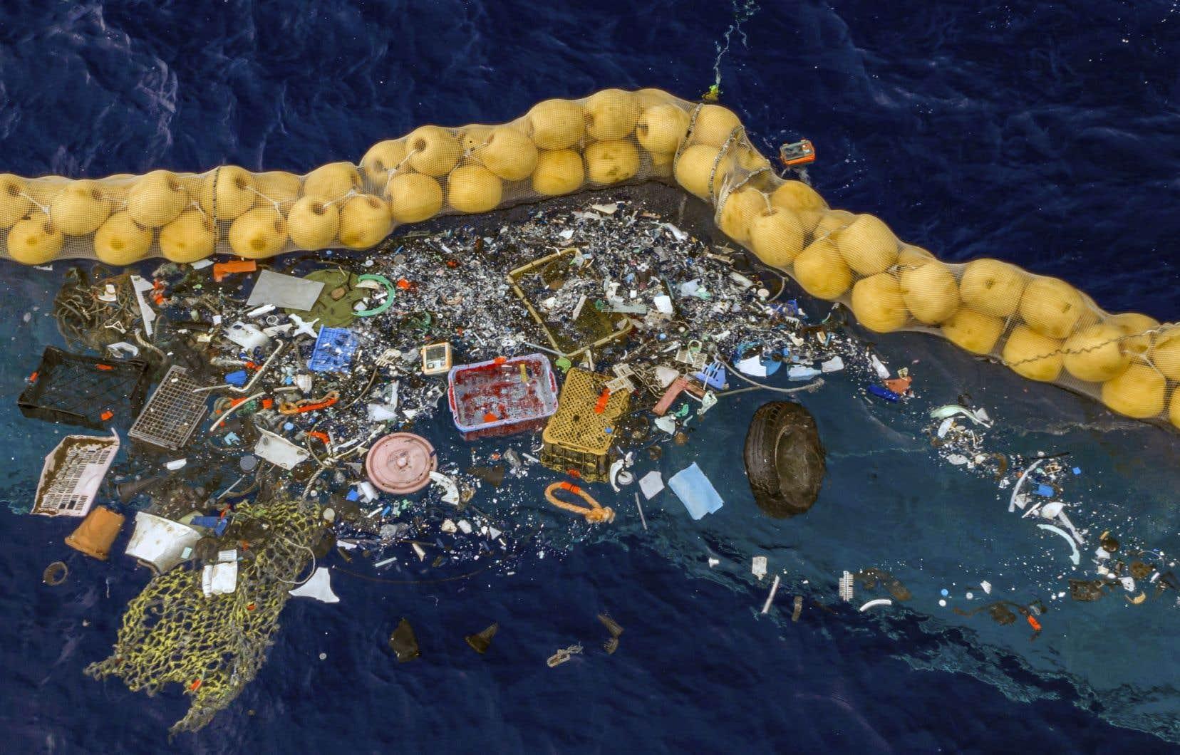 L'organisation The Ocean Cleanupapublié des photos montrant une récolte de filets de pêche, de divers objets en plastique et même d'un pneu.