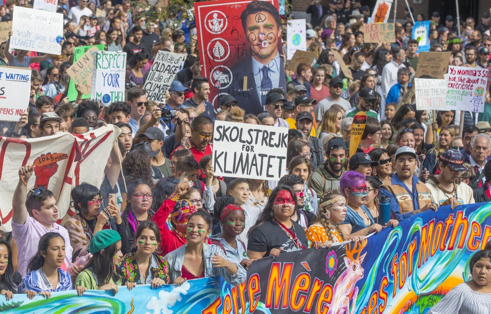 À l'instar de plusieurs villes dans le monde, la grande marche pour le climat a traversé Montréal le 27septembre dernier. Au centre de la photo, on aperçoit la jeune militante suédoise Greta Thunberg, qui est à l'origine du mouvement mondial de grèves scolaires pour le climat.