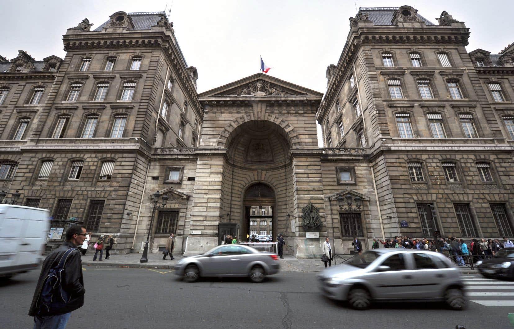 Le périmètre autour de la préfecture de police, située dans le centre historique de la capitale française, a été bouclé.