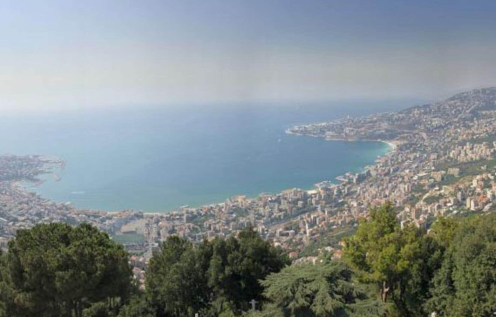 À une vingtaine de kilomètres au nord de Beyrouth et de ses gratte-ciel, Jounieh déploie ses charmes autour d'une baie sereine, sans doute la plus belle du monde après celle de Rio de Janeiro.
