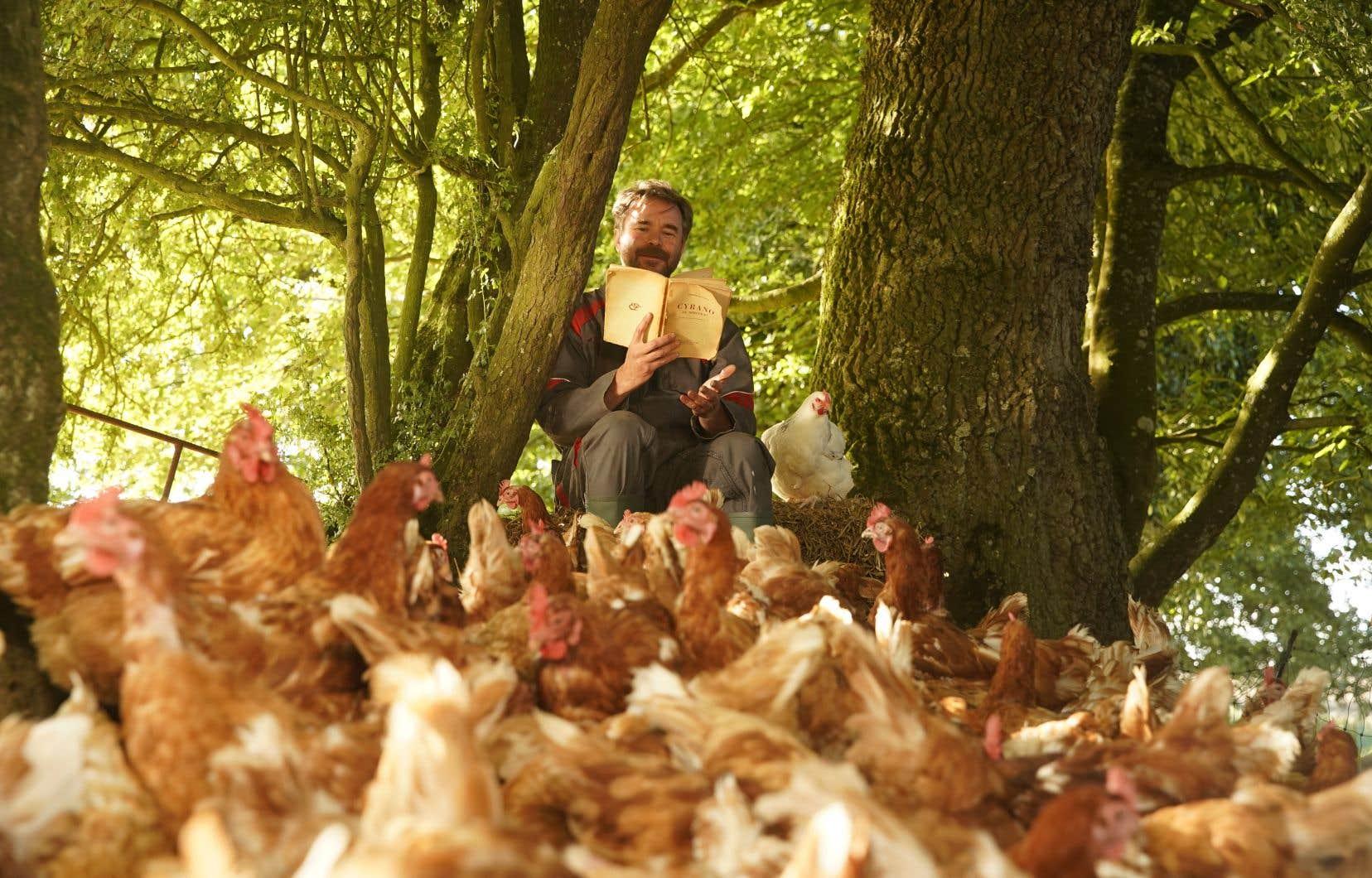 Raymond (Guillaume de Tonquédec) adore son métier d'éleveur de poules. Sa favorite est Roxane. Il l'a prénommée ainsi en l'honneur de <i>Cyrano de Bergerac.</i>