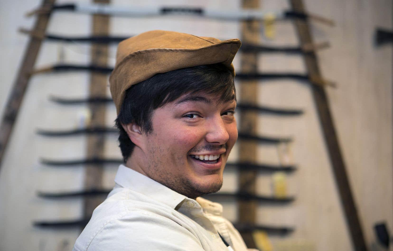 En entrevue, Émile Bilodeau porte le couvre-chef de Robin des bois, un clin d'oeil à sa chanson sur le personnage.