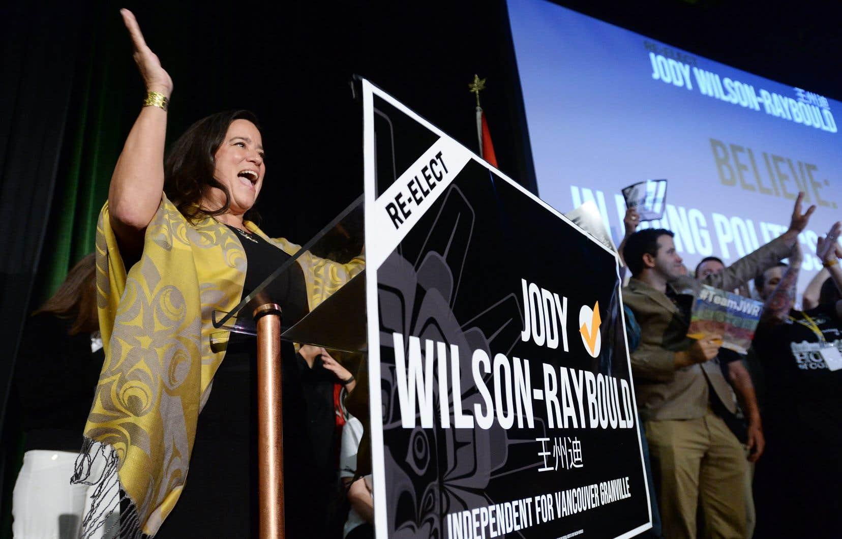 Jody Wilson-Raybould se réjouit de voir les sondages nationaux prédire un gouvernement minoritaire.