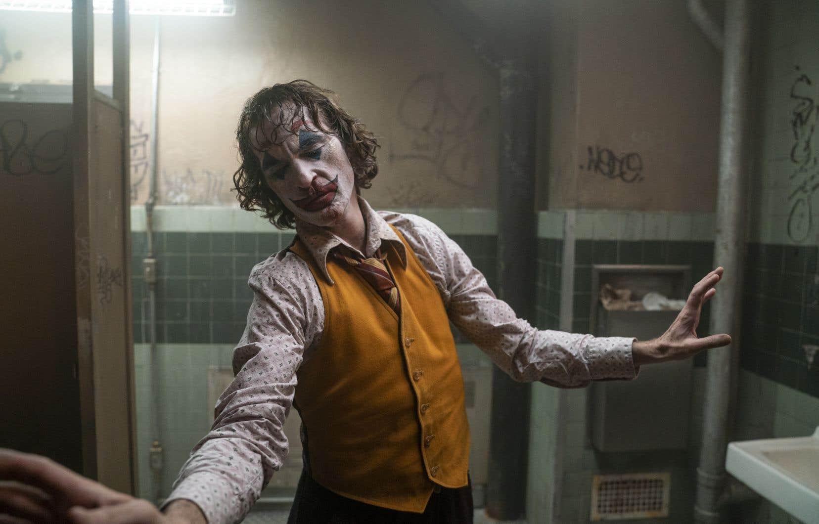 En complète immersion, comme d'habitude, Joaquin Phoenix constitue la raison majeure de voir le film. Sa prestation est brillante, l'acteur exhibant un corps longiligne disloqué, une fragilité trompeuse, ses yeux constamment voilés d'ombre, abîmes insondables…