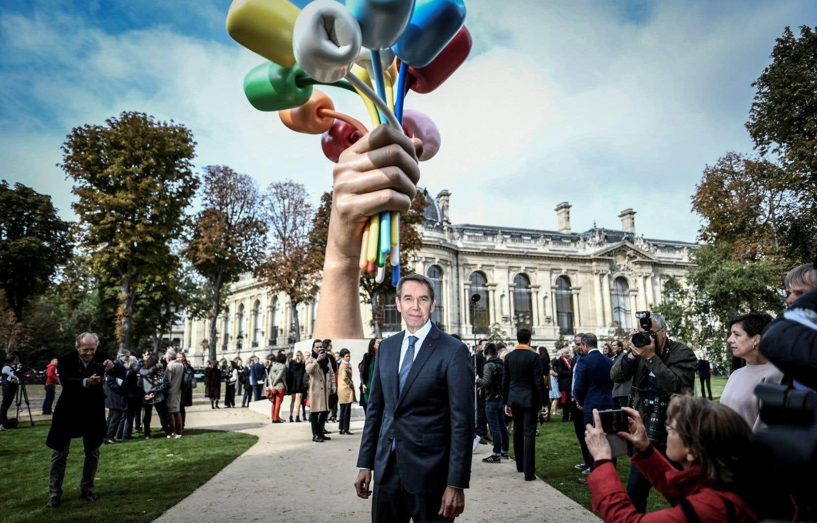 L'artiste américain Jeff Koons a posé devant son oeuvre installée derrière le Petit palais, près des Champs-Élysées.