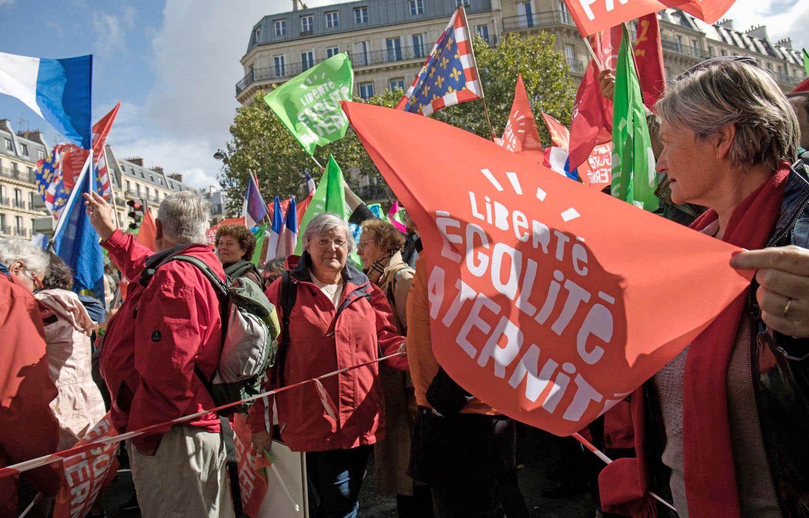 Des manifestants ont défilé dans le sud de la capitale en agitant des drapeaux estampillés des mots «Liberté, Égalité, Paternité».