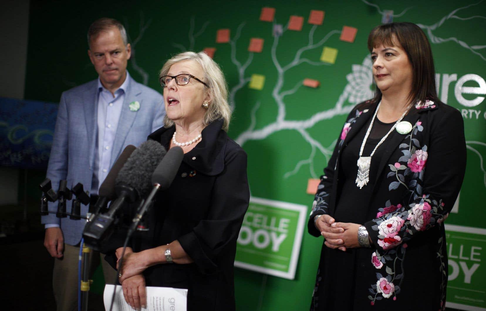 La cheffe du Parti vert, Elizabeth May (centre), était accompagnée par David Merner et Racelle Kooy, tous deux candidats sur l'île de Vancouver, lors d'une annonce aux médias, le 3 octobre dernier à Victoria.