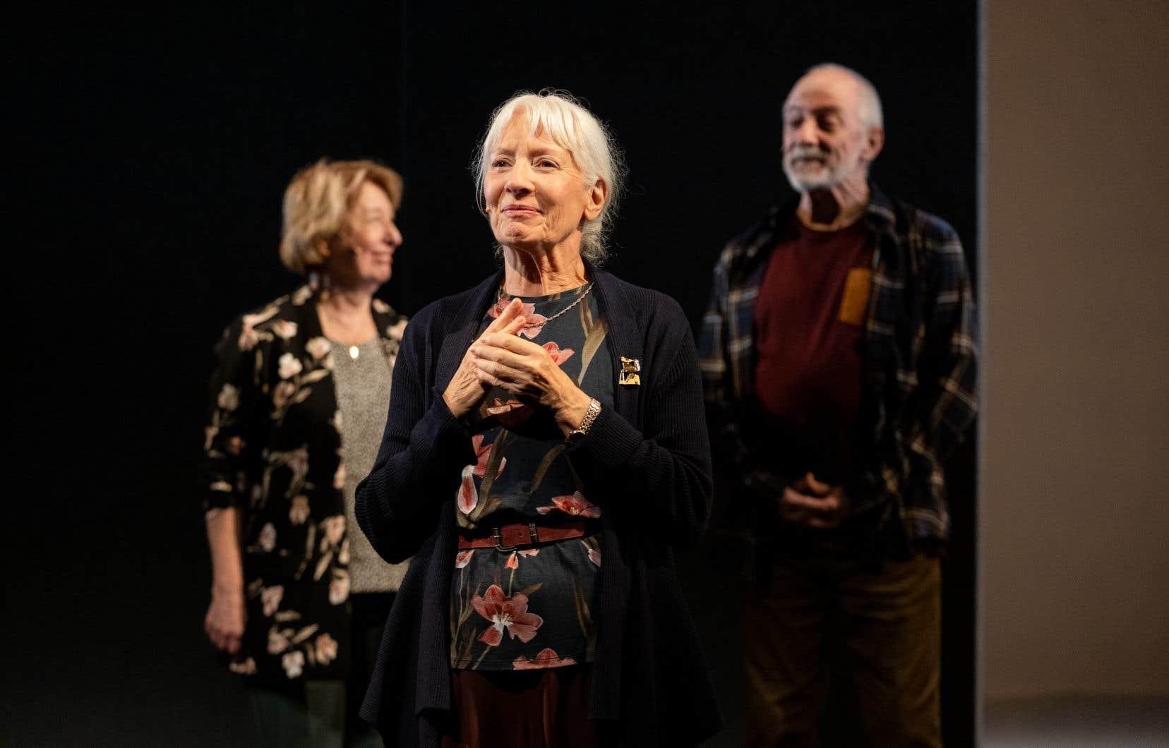 Marie Cantin (au centre), Marie-Ginette Guay et André Lacoste incarnent avec brio l'ensemble des résidents d'un centre pour personnes âgées.