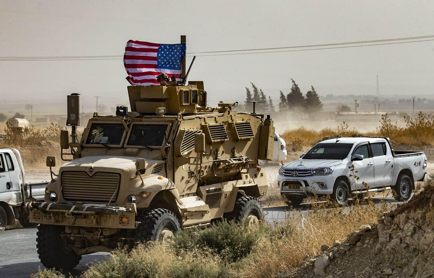 Un véhicule blindé de l'armée Américaine durant une manifestation de Kurdes en Syrie près de la frontière turque le 6 octobre