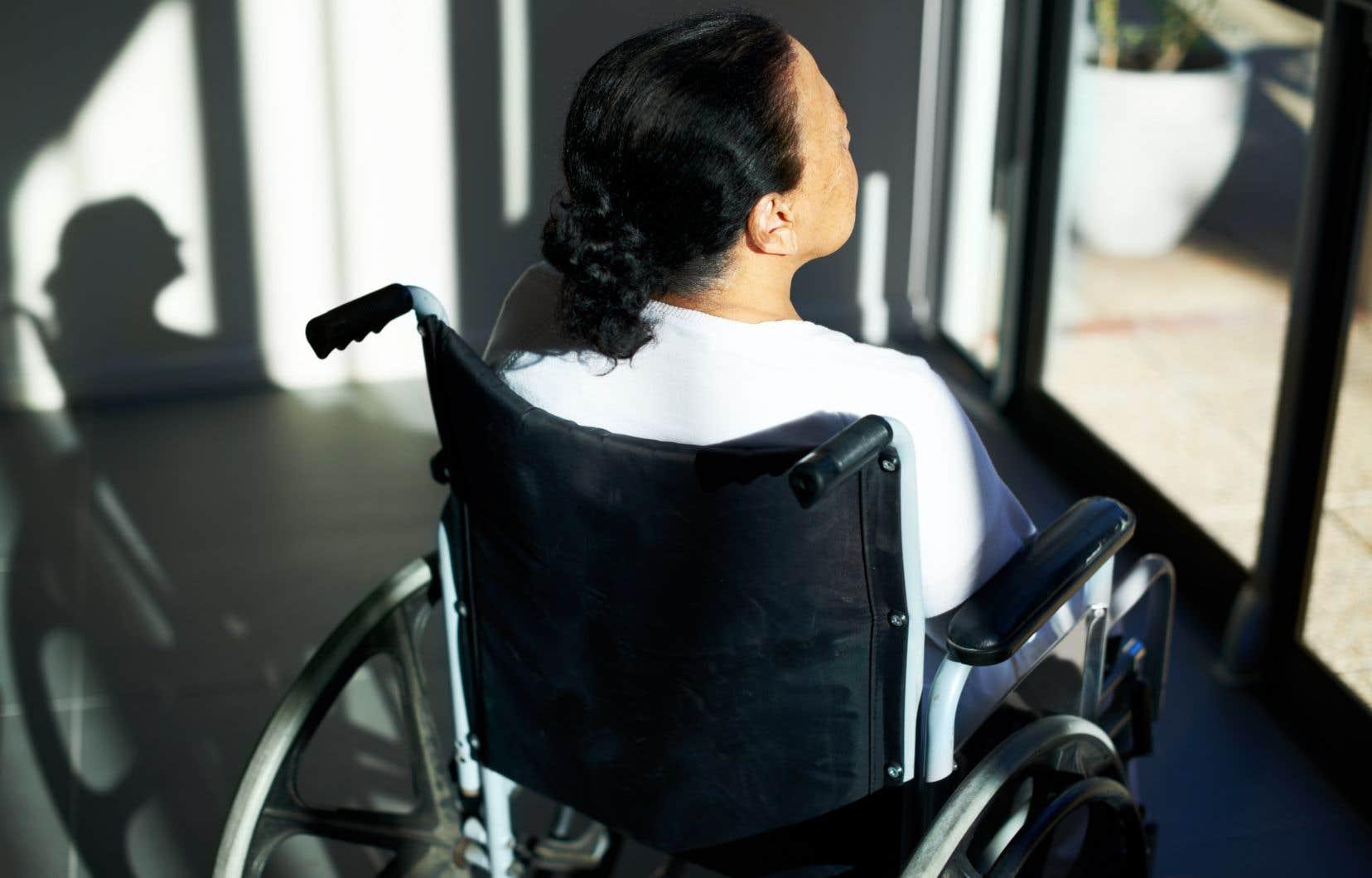 «Dans le futur, il sera dangereux pour les personnes lourdement handicapées de vivre des périodes sombres et de découragement, comme cela arrive à tout le monde, parce qu'elles pourraient alors être portées à demander l'AMM», souligne l'auteur.