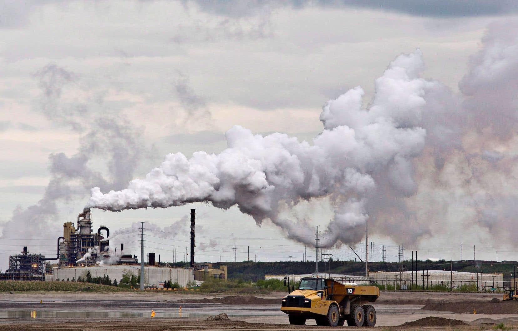 Une raffinerie de Fort McMurray, en Alberta. Les entreprises pétrolières citées par «TheGuardian» développent toujours des projets d'expansion de leur production, y compris au Canada.