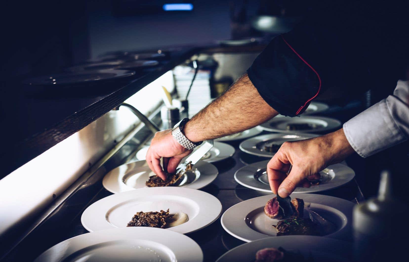 Un programme de courte durée pour former des aides-cuisiniers dans neuf régions du Québec a été instauré.