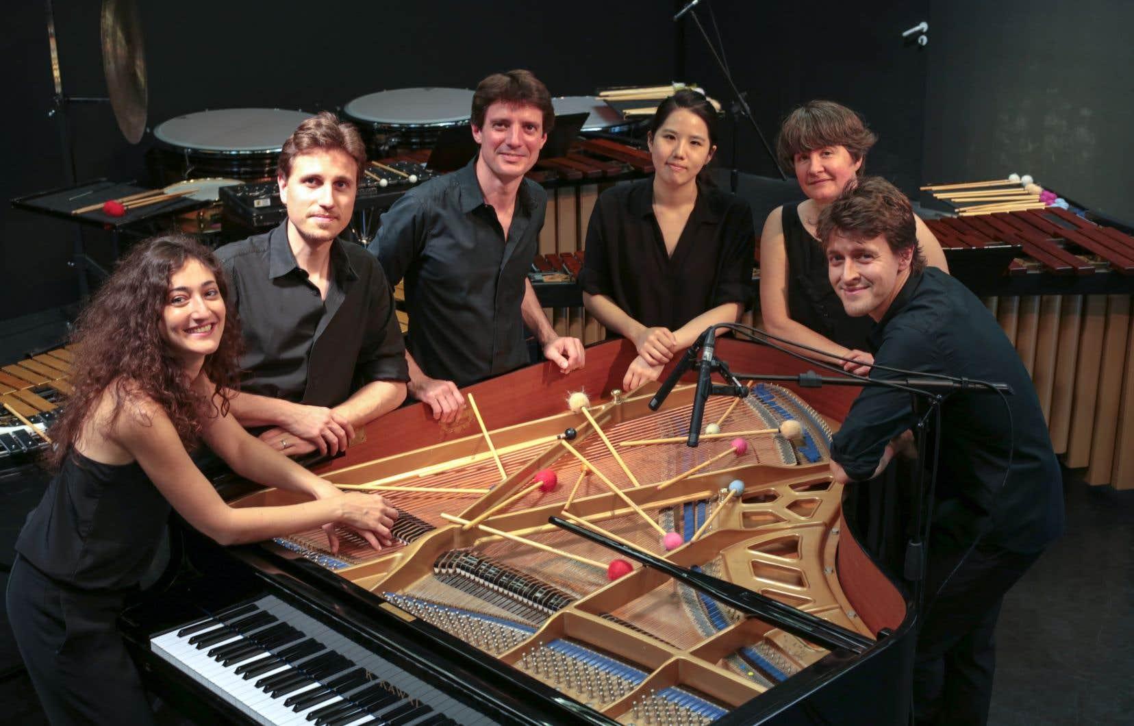 La pianiste Hélène Tysman (à gauche) avec le groupe des Percussions Claviers de Lyon