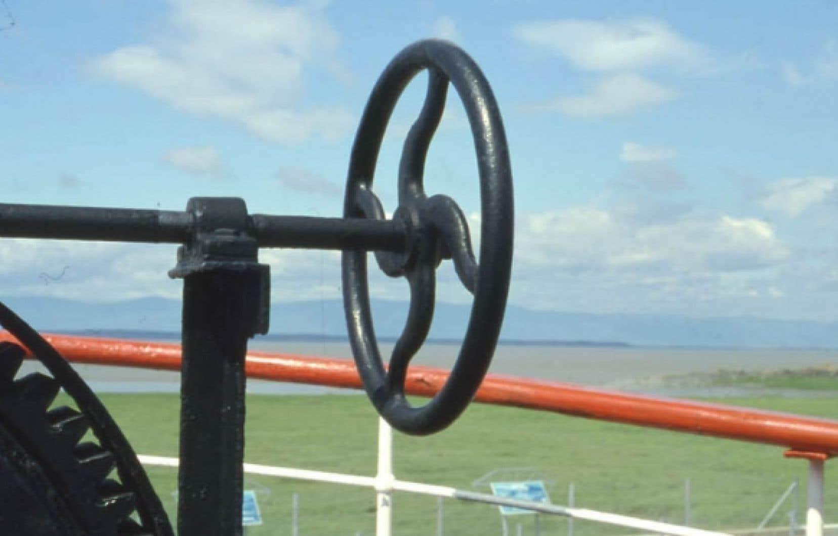 Détail de machinerie du brise-glace Ernest-Lapointe, ancien navire de la Garde côtière canadienne, face au fleuve Saint-Laurent.<br />