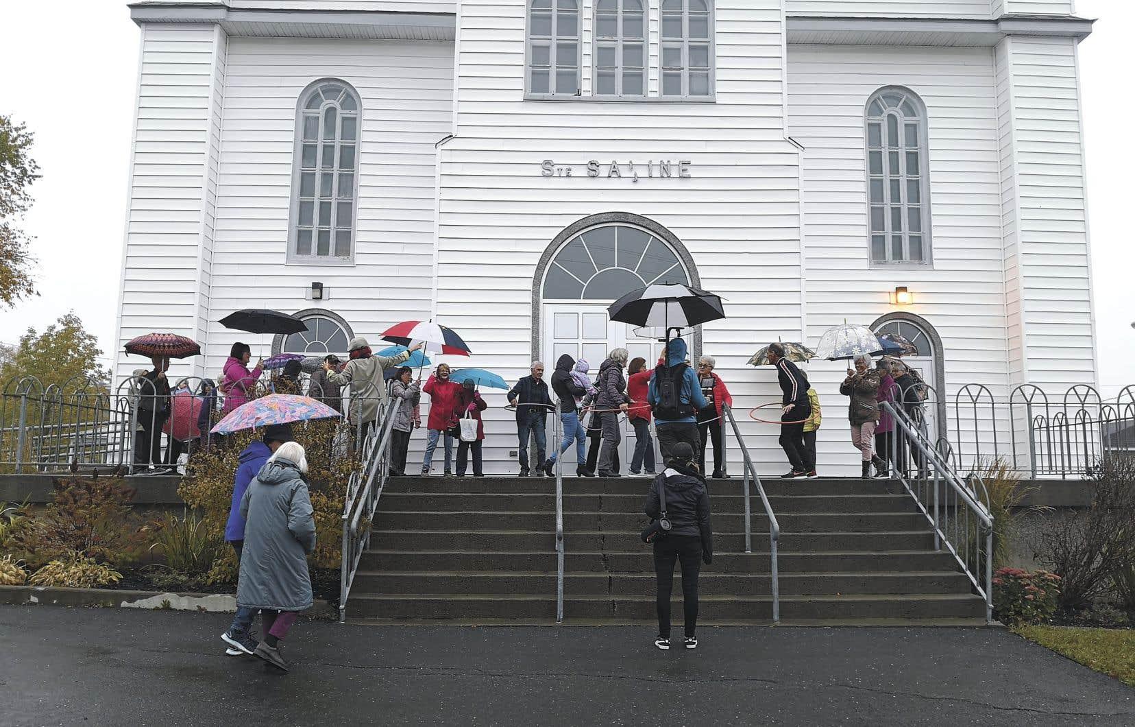 Hula hoop sous la pluie sur le perron d'église de Sainte-Sabine avec l'équipe de tournage de Faire danser un village. Danser crée des liens et un sentiment d'appartenance.