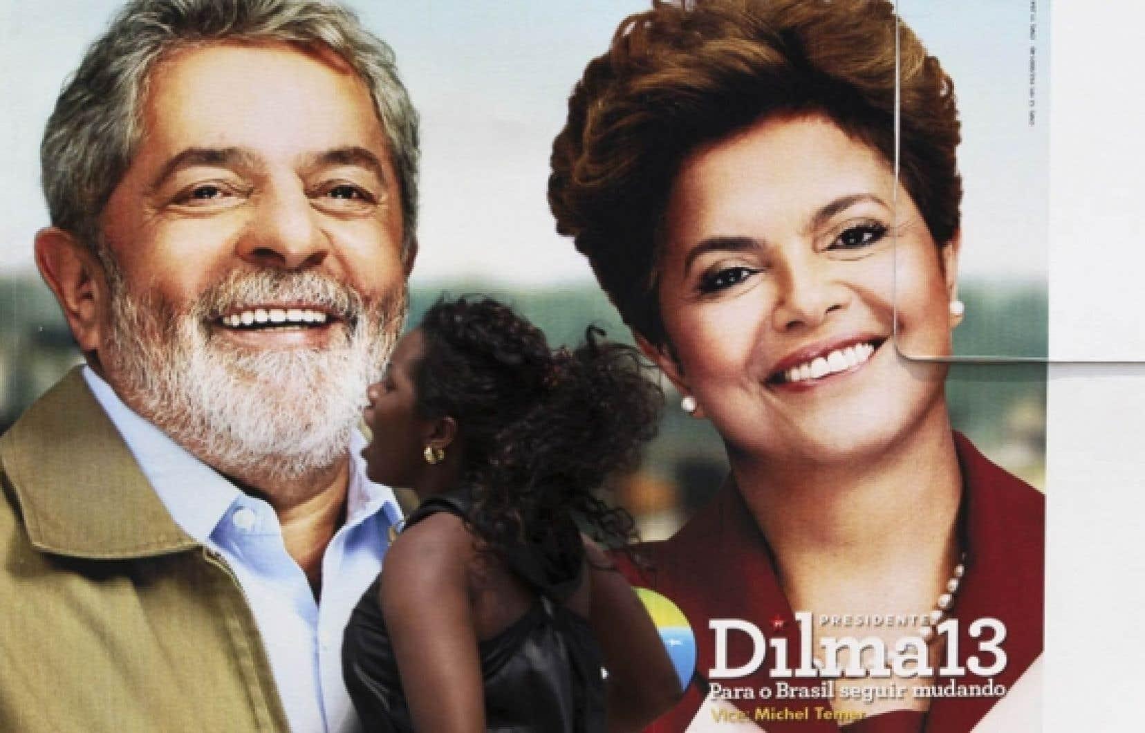 Une affiche électorale montrant Lula en compagnie de Dilma Rousseff.<br />