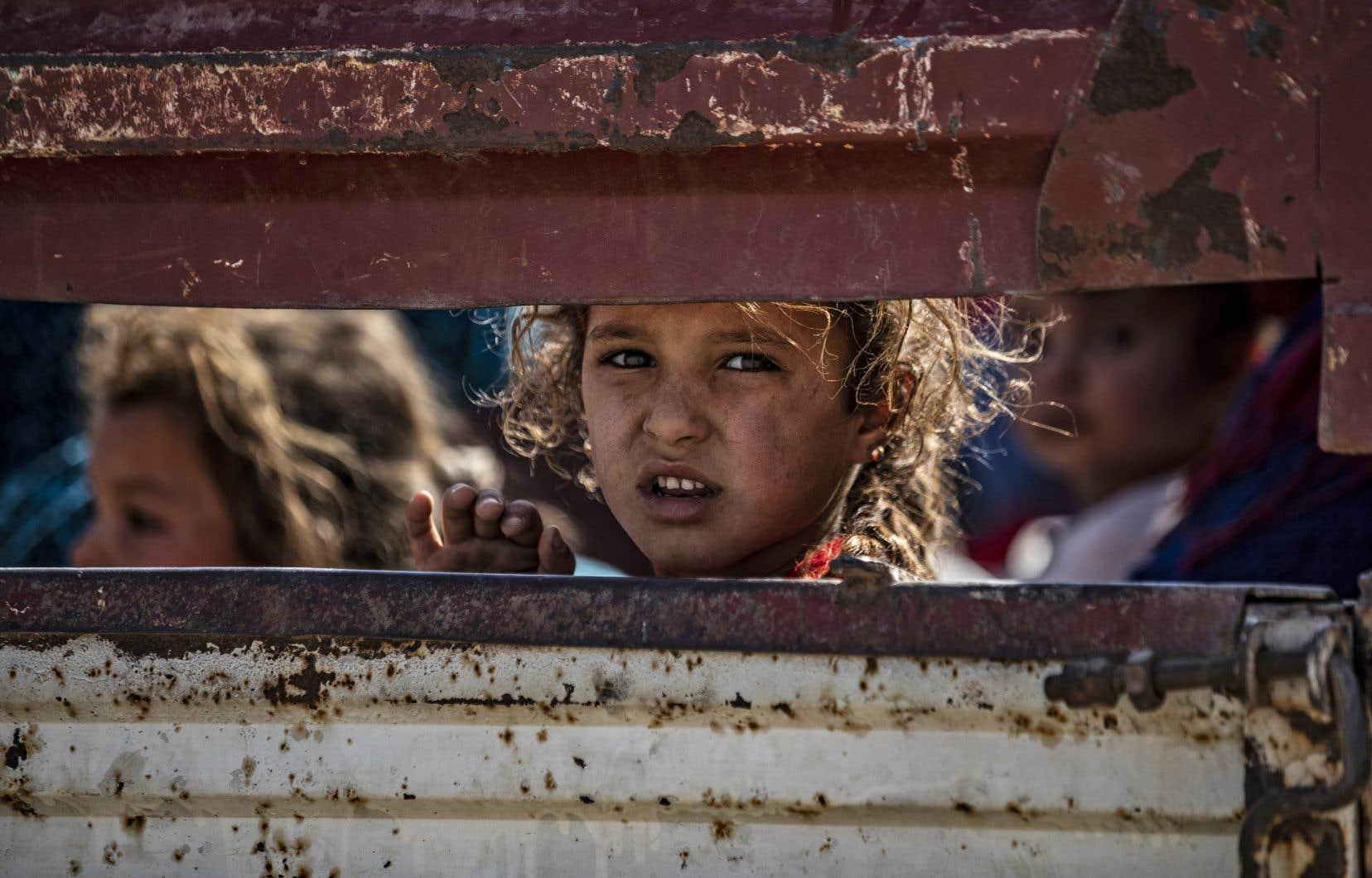 Des dizaines de milliers de Kurdes ont fui leurs foyers, trouvant refuge dans des villes épargnées par les bombardements comme Hassaké et Tall Tamr, plus au sud.