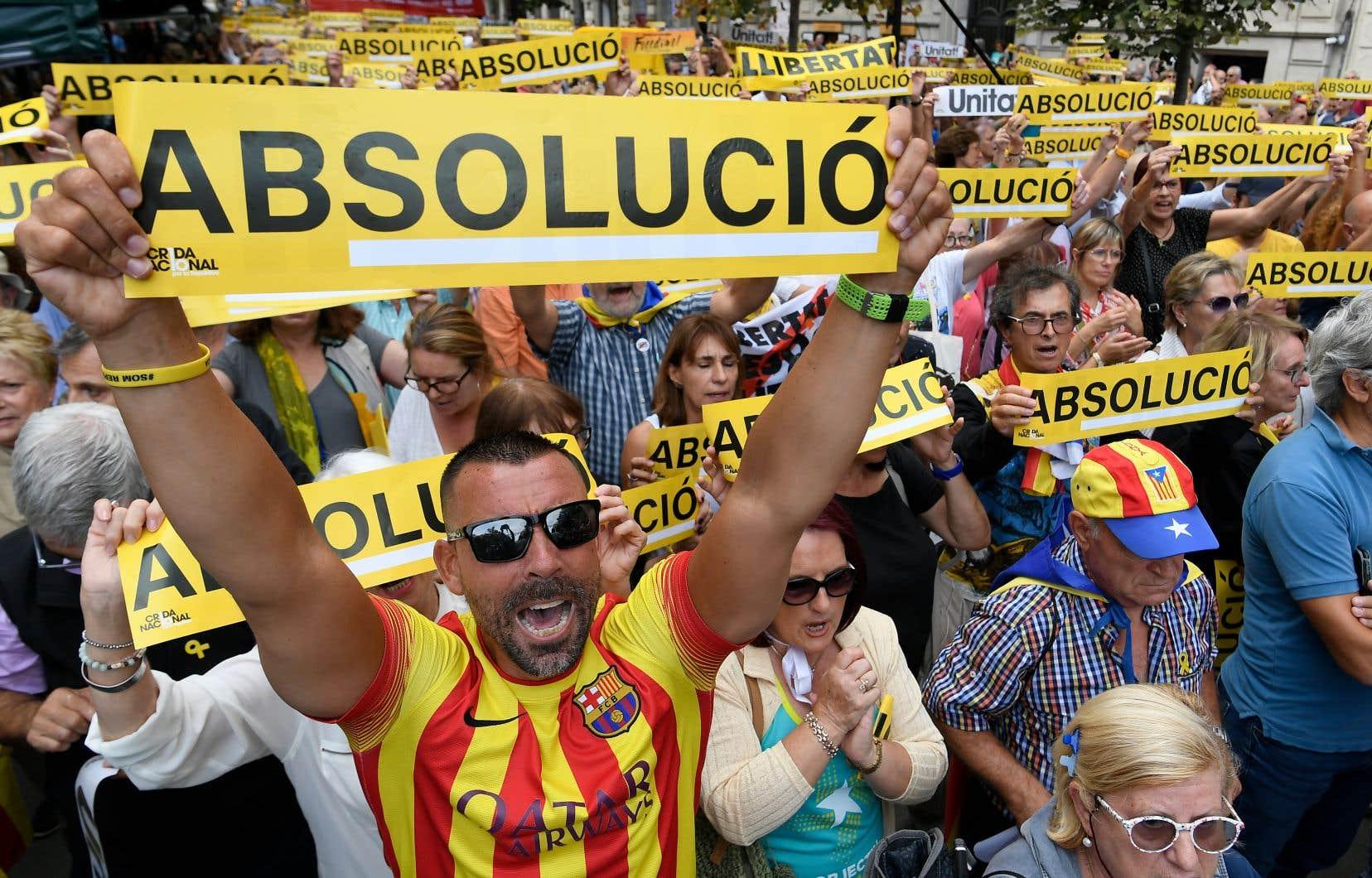 Au soir de la décision, qui pourrait intervenir dès lundi, des manifestations se tiendront dans toute la Catalogne, ont annoncé l'Assemblée nationale catalane et Omnium cultural.