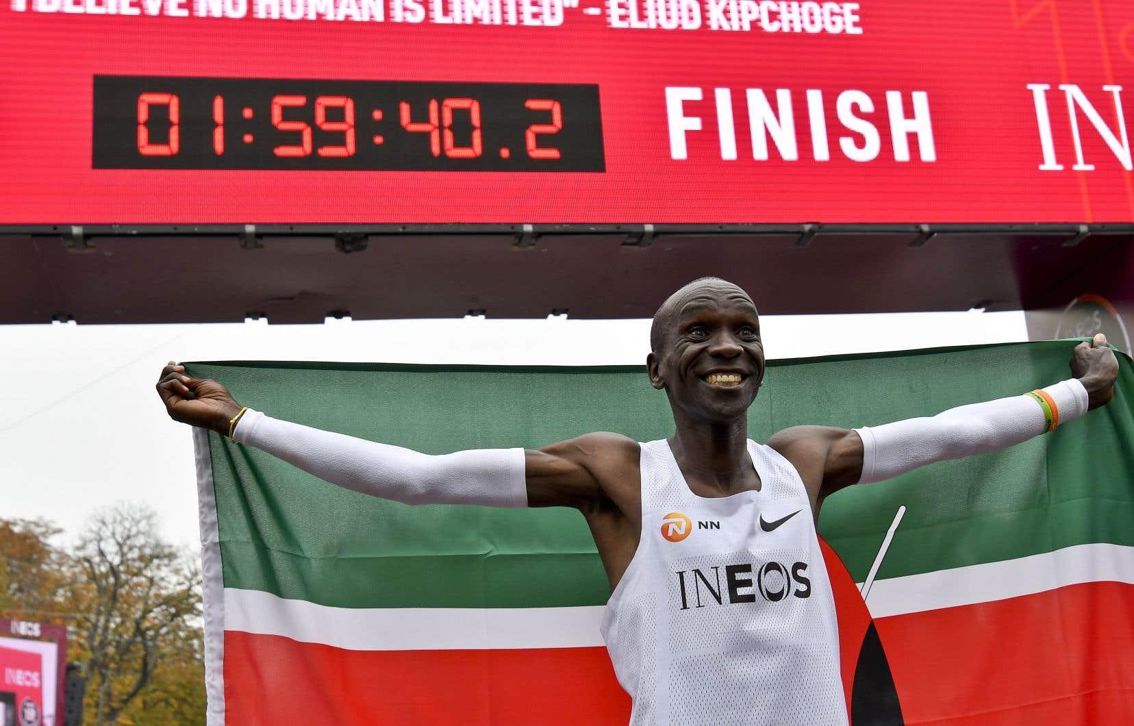 Eliud Kipchogea bouclé son parcours en 1h59min40s, soit quasiment deux minutes de moins que son record du monde (2h01min39s) établi à Berlin l'an dernier.