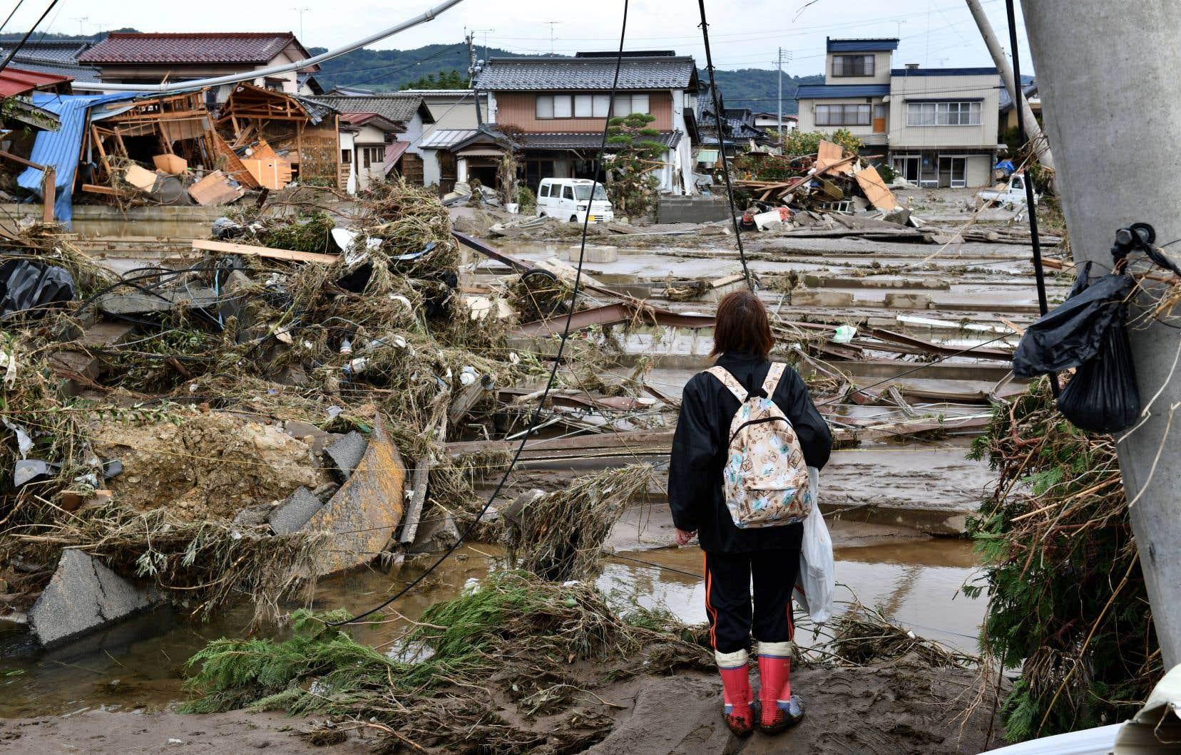 Quelque 180 cours d'eau sont en partie sortis de leur lit ou ont vu leurs digues détruites par une eau en furie qui a envahi des quartiers résidentiels non seulement dans les zones rurales, mais aussi dans de populeuses villes de banlieue tokyoïte.