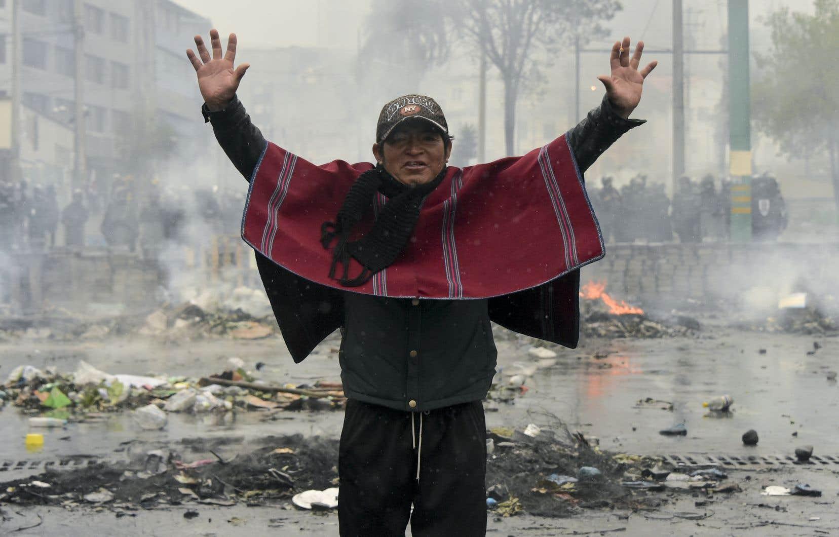 Dimanche, des heurts se poursuivaient aux abords du Parlement alors que la ville se remettait à peine de la journée mouvementée de samedi.Le président Moreno a décrété le couvre-feu et placé la ville sous contrôle militaire jusqu'à nouvel ordre.