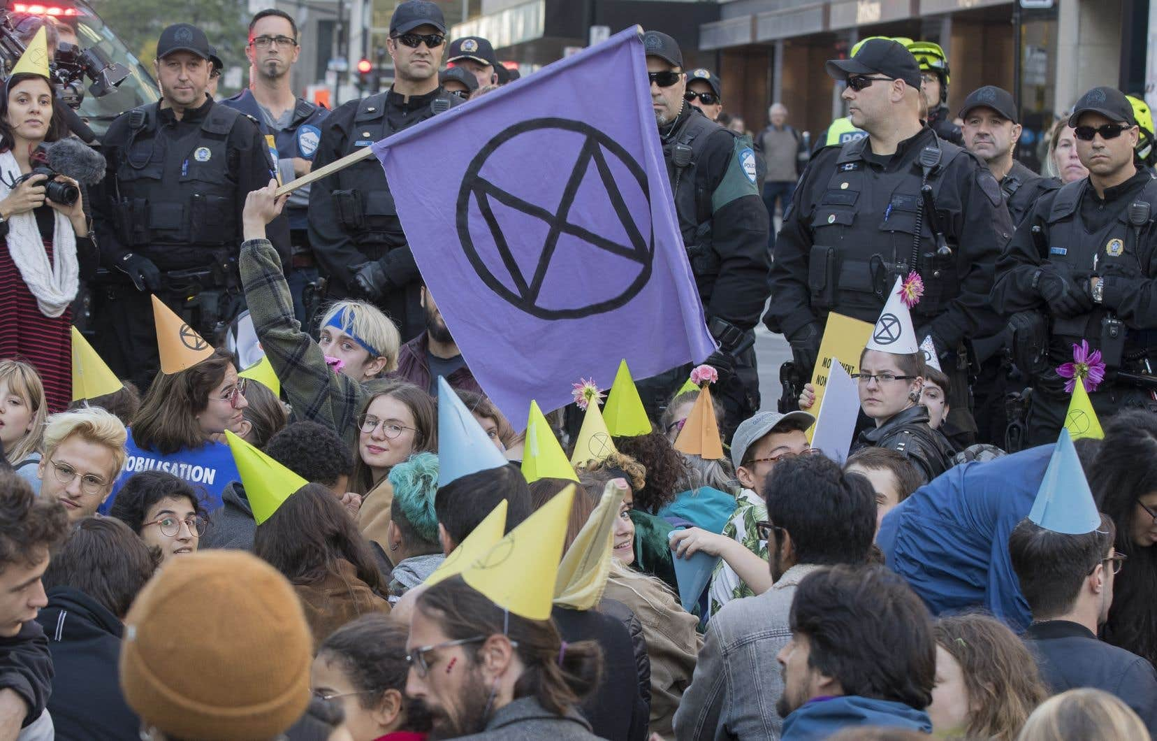 À l'heure de pointe duretour à la maison mardi, les militants du groupe Extinction Rebellion ont paralysé une partie du boulevard René-Lévesque. Ils avaient fait fermer lepont Jacques-Cartier le matin même.