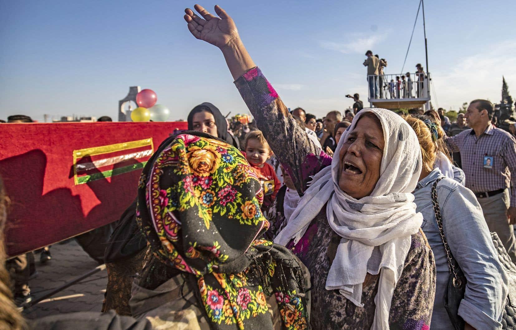 Une femme pleurait la mort de cinq combattants kurdes lundi à Qamishli, en Syrie.