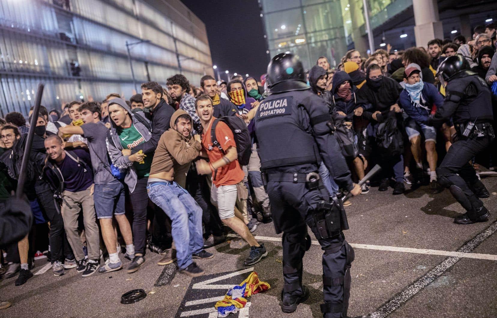 Des rassemblements spontanés ont eu lieu dimanche dans la métropole catalane, Barcelone, avant que les militants ne rejoignent, à l'appel d'un mouvement anonyme baptisé «Tsunami démocratique», l'aéroport pour le bloquer. La police antiémeutes a chargé à plusieurs reprises des centaines de militants tentant de pénétrer dans le terminal et jetant pierres et poubelles.