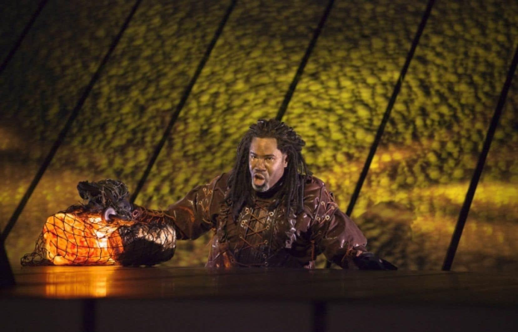 Le nain Alberich (Eric Owens) s'emparant de l'or du Rhin dans la production de Das Rheingold par Robert Lepage au Metropolitan Opera.