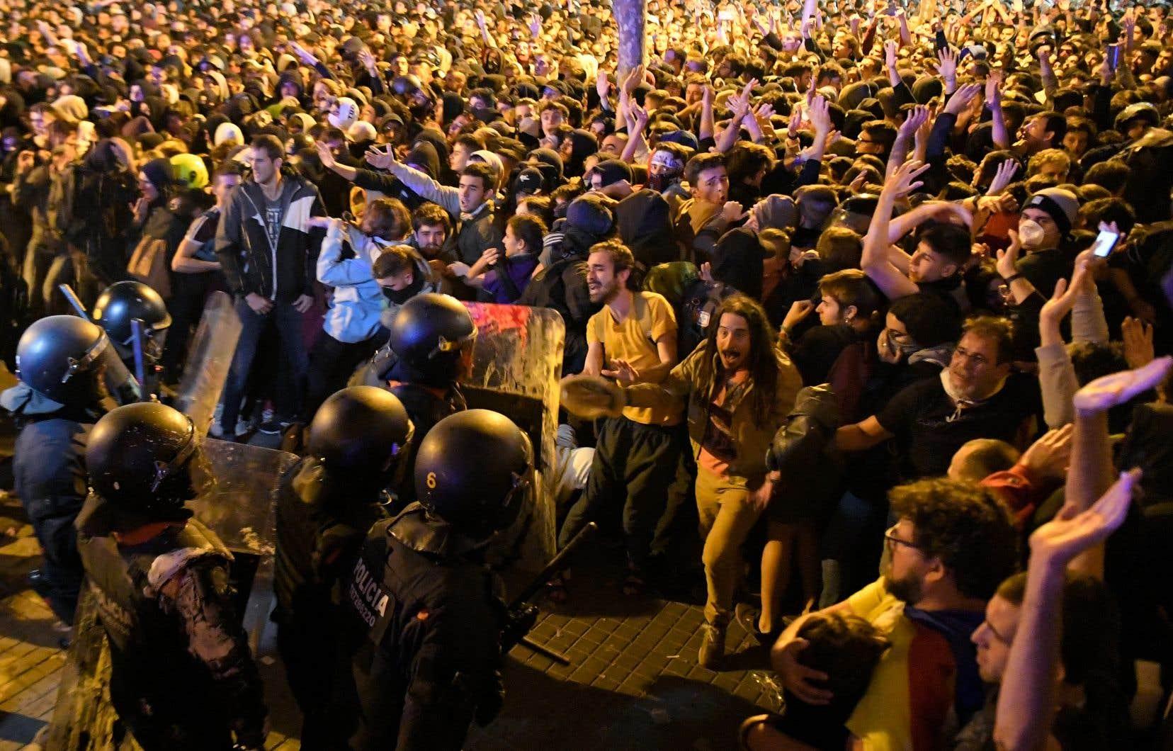 À Barcelone, 40 000 personnes ont participé à la manifestation avant que les heurts n'opposent quelques centaines de militants aux forces de l'ordre.