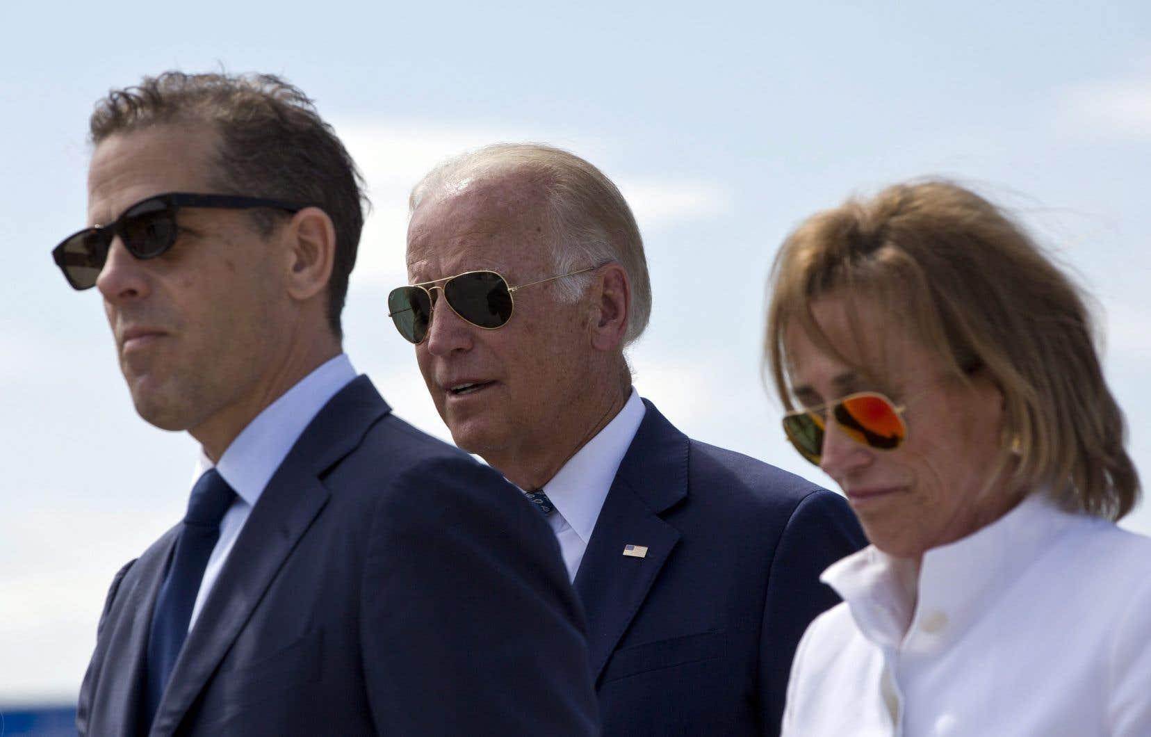 Hunter Biden, à gauche, en compagnie de son père Joe Biden et de sa tante Valerie Biden Owens