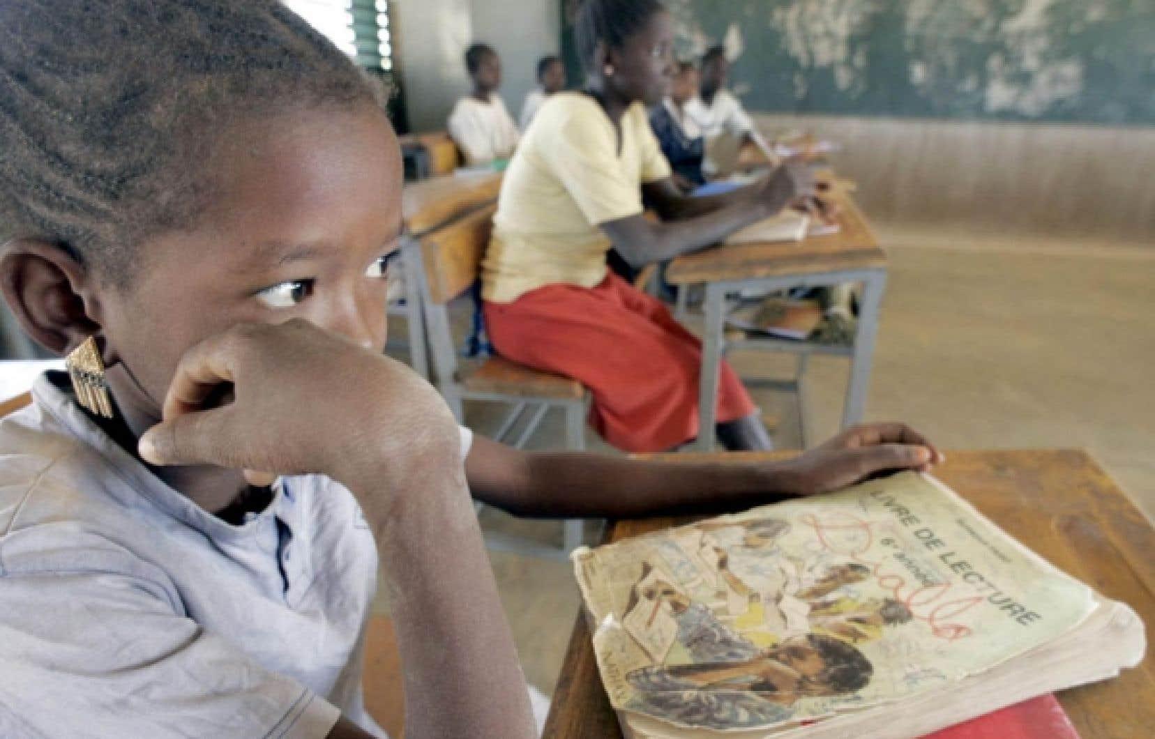 Cours de français dans une école primaire du Burkina Faso, pays africain où le nombre de personnes sachant lire et écrire le français a été multiplié par cinq en vingt-cinq ans, souligne l'importante étude de l'Organisation internationale de la Francophonie qui doit être publiée aujourd'hui.