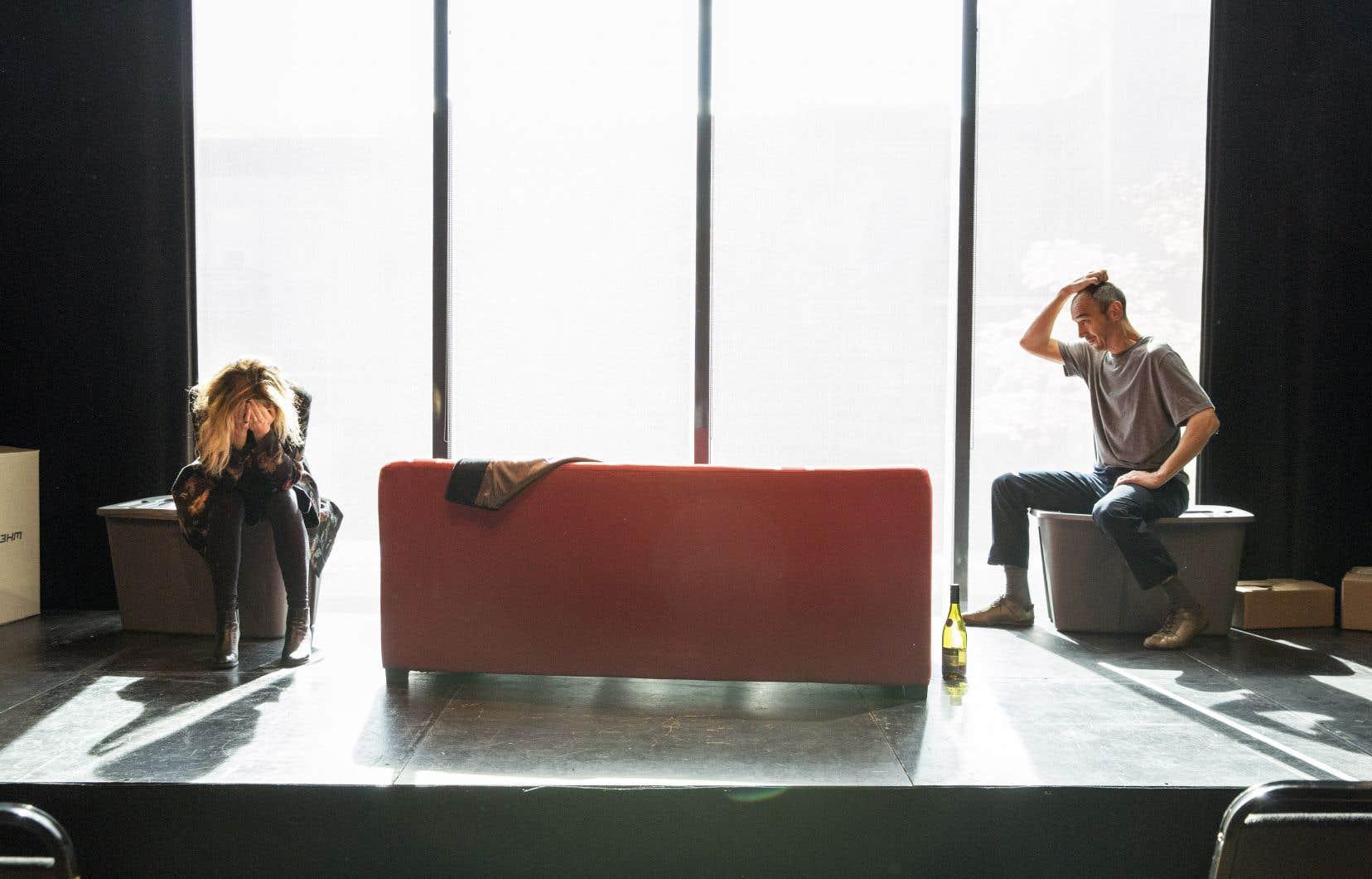 Autour d'un canapé orienté vers de grandes fenêtres, Sean et Lisa se font une drôle de cour avec un apprivoisement parsemé d'embûches et une séduction riche en malaises.